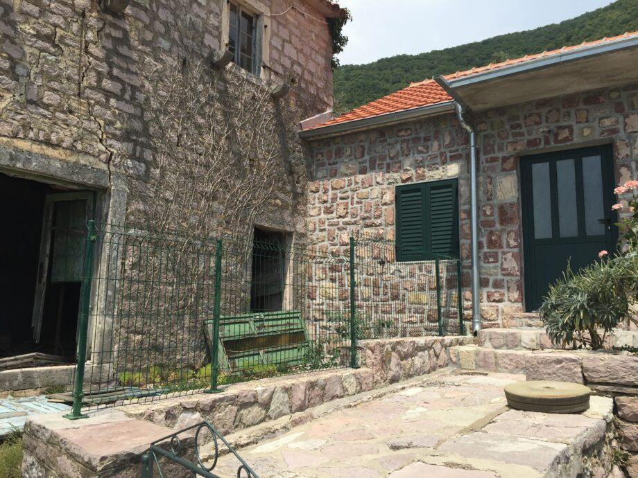 Gornja Lastva in Montenegro. Verval en renovatie komen naast elkaar voor.