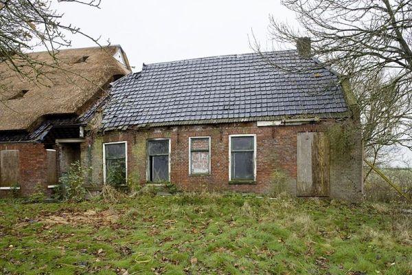 Leegstaande boerderijen sloop of iets heel anders for Vervallen woning te koop